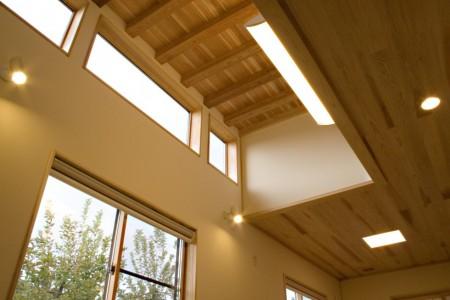 居間は高天井になっています。