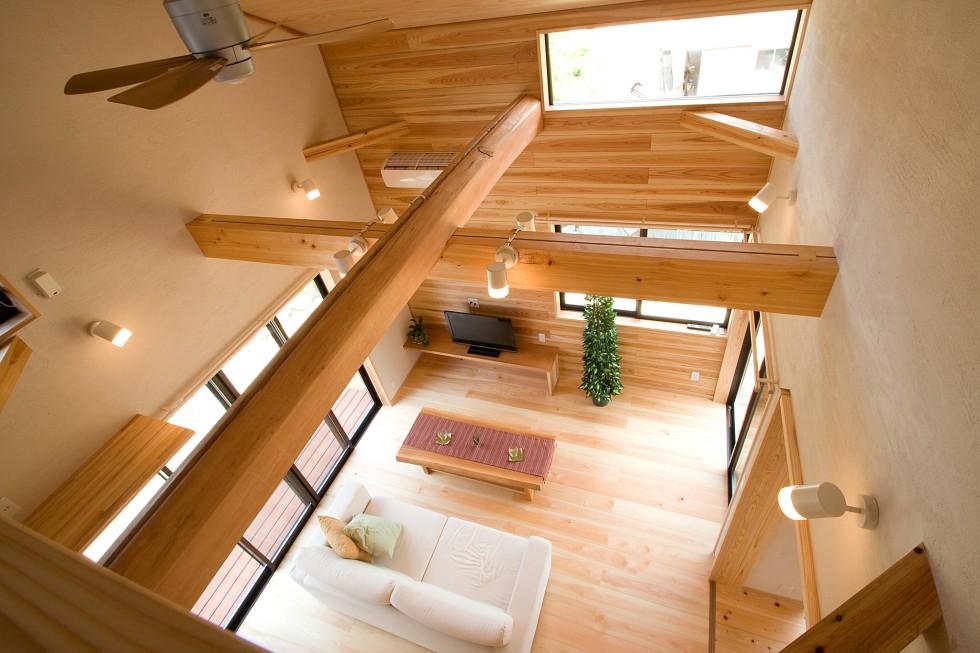 大きな吹抜けのあるリビング、木組みの構造美、珪藻土の壁がやすらぎを与えてくれます。