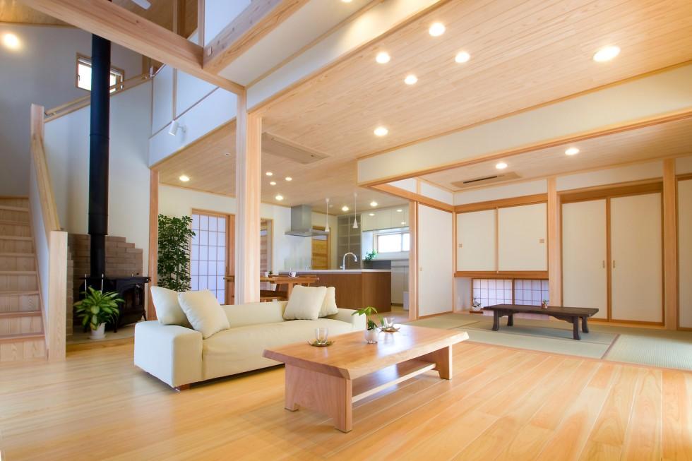 居間・食の間・畳の間が一体の空間となる広がりある間取り
