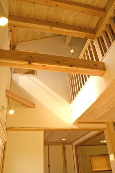 吹抜けを介して1階と2階がつながります。