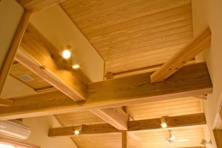 2階 共用スペースの勾配天井