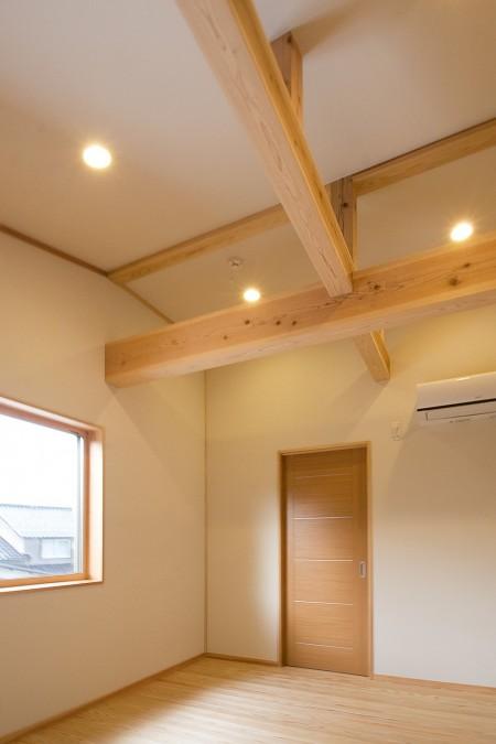 木の構造美を楽しめる寝室