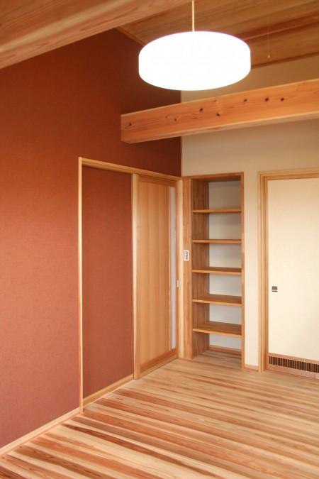 壁にアクセントがある寝室