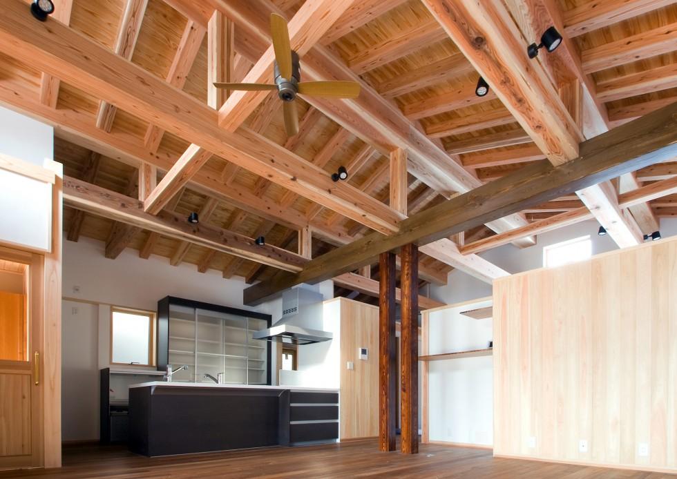 平屋の建物です。LDKの木組みの構造美が癒しをあたえてくれます。