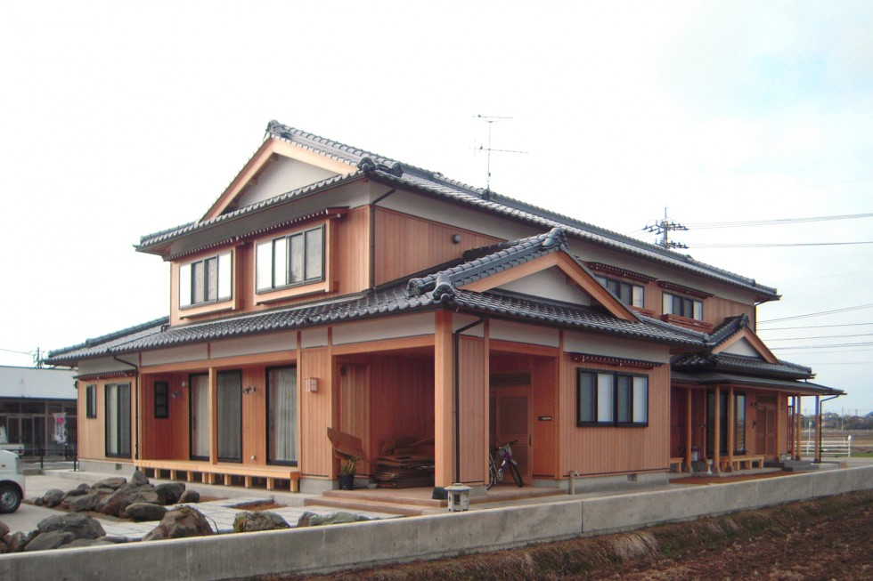 入母屋の屋根が重厚感を与えます。